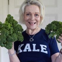 Kocken Marie Butler håller i grönkålsblad