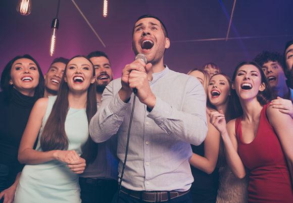 En grupp festklädda personer sjunger ihop