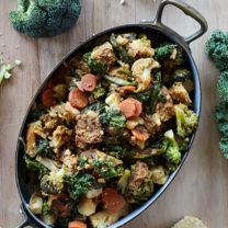 En ugnsform med asiatisk marinerad tempeh och grönsaker.