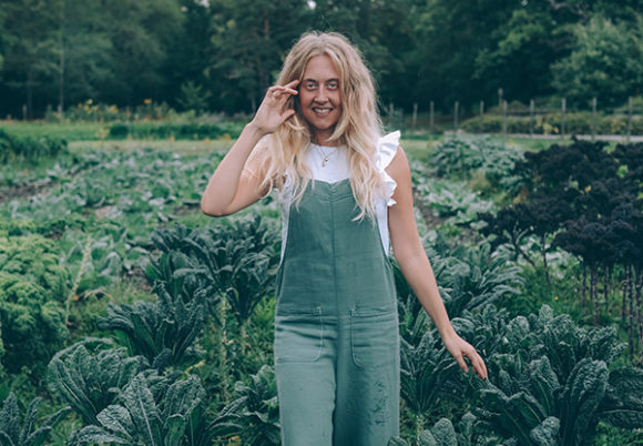 Kokoboksförfattaren Therese Elgquist går i ett grönsaksland.