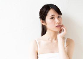 Stressad och bekymrad kvinna i vitt linne