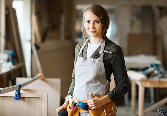 ung kvinna med förkläde