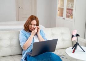 Kvinna sitter vid dator