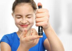 flicka håller upp spruta