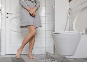 kvinna vid toalett