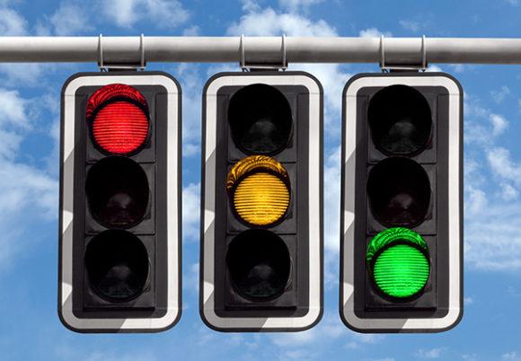 Tre trafikljus mot en bakgrund av blå himmel