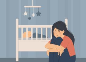 Illustrerad bild på en ledsen och deprimerad mamma sitter bredvid sitt barn som sover i en spjälsäng