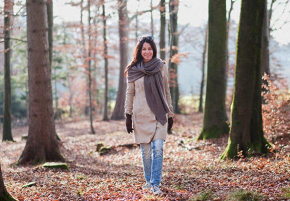 kvinna går i höstskog