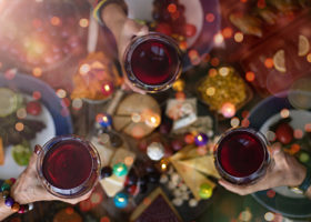 Julbord och höjda rödvinsglas
