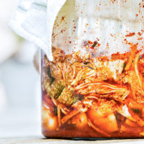 En närbild på en glasskål med kimchi