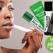 Kvinna testar olika läppbalsam, cerat skönhetstest