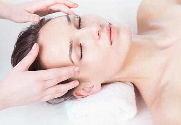 Ung kvinna får huvudmassage