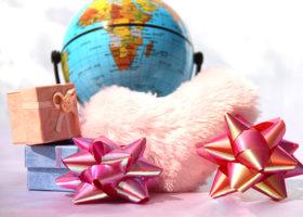 Ett jordklot bakom ett rosa fluffigt hjärta