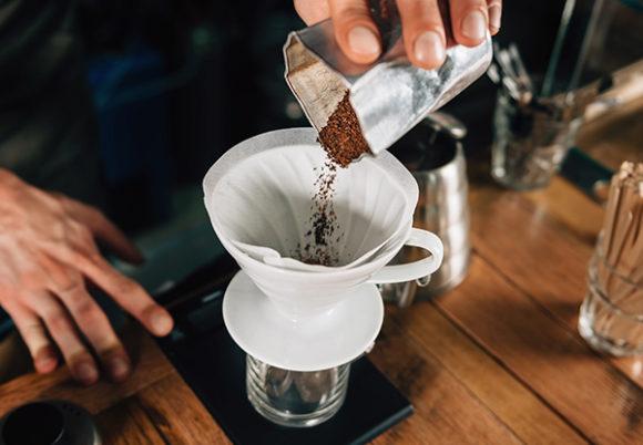 Kaffe måttas upp i ett filter