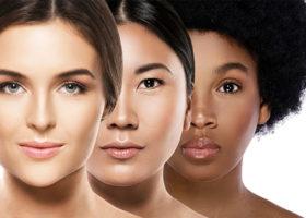 Tre kvinnor med olika etnicitet står bredvid varandra