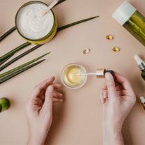 olika ekologiska och naturliga hudvårdsprodukter i olika flaskor