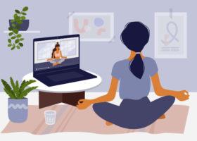 Illustrerad bild på en kvinna som sitter pi yogaposition och kollar på en onlineklass på sin laptop