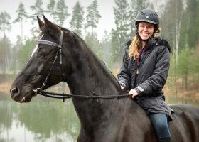kvinna på häst