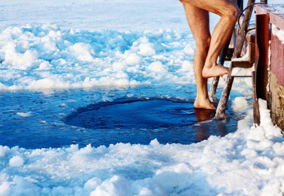 man kliver upp från ett kallt bad
