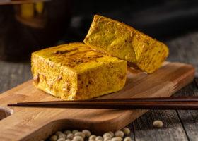 tofu på skärbräda