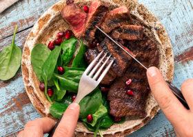 En tallrik med rött kött och sallad