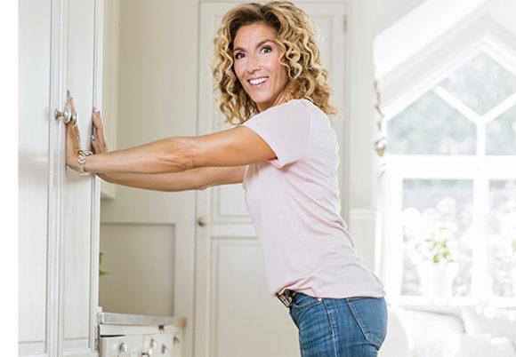 Leila Söderholm gör armhävning mot vägg