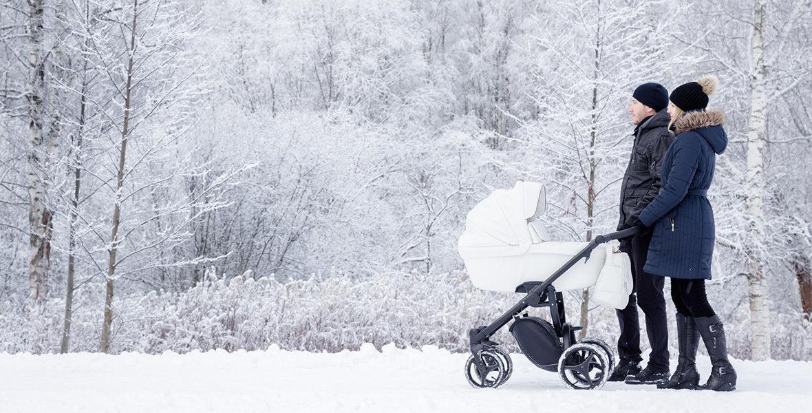 par med barnvän i vinterväder