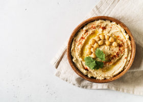Hummusdipp med kikärtor, och persilja i en skål