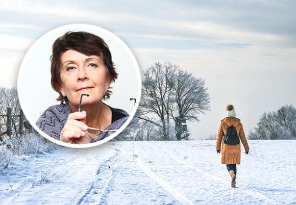 kvinna går i snö