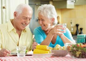 äldre par äter