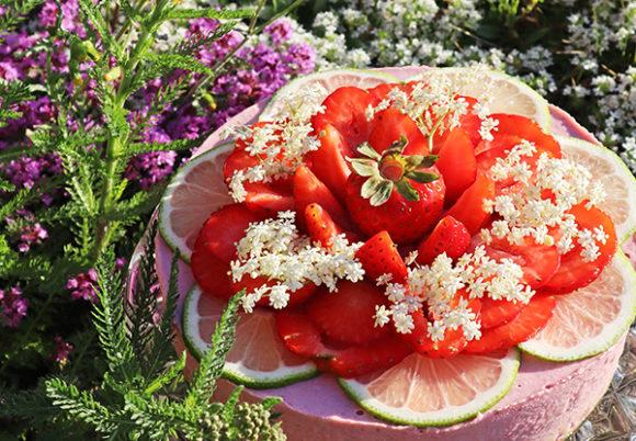 Midsommartårta med jordgubbar i det fria