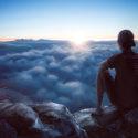 man tittar ut över molnen