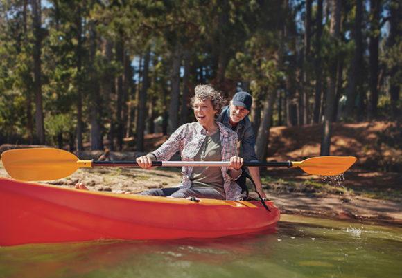 man och kvinna tänker paddla kajak