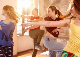 En grupp kvinnor dansar ihop