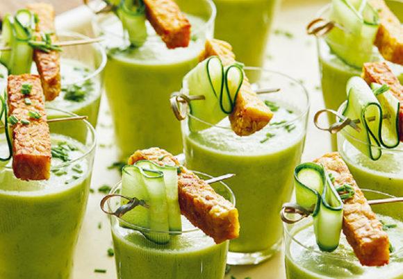 Små glas med grön gurksoppa i