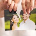 Kvinna river sönder foto på brudpar