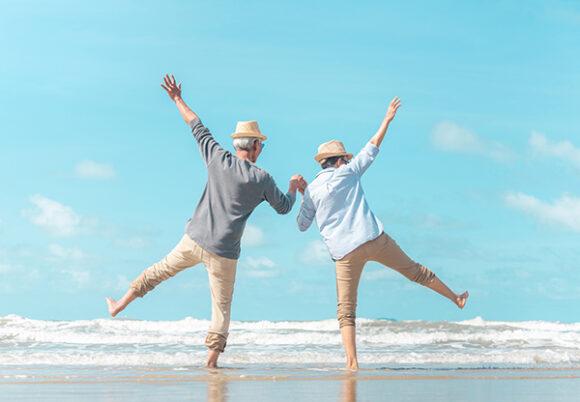 ett par som hoppar av glädje