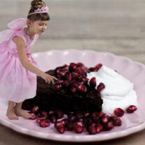 Kladdkaka med grädde och grantatäpplen och liten flicka utklädd till sagofé