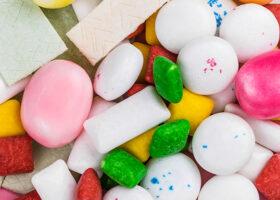 Närbild på godis och tuggummin