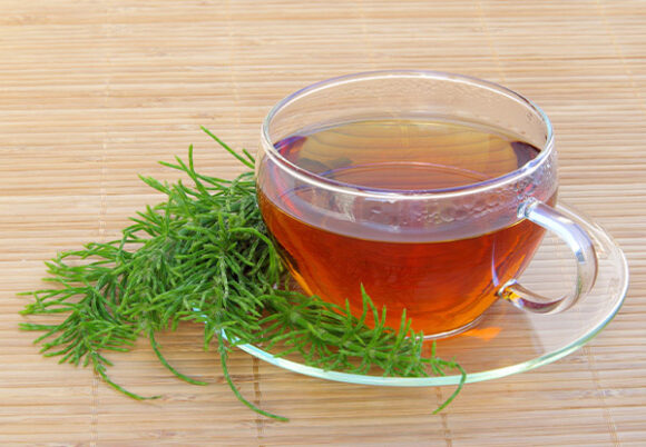 en kopp te med åkerfräken