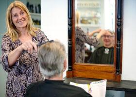 kvinna klipper en man