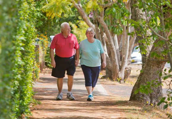äldre par promenerar