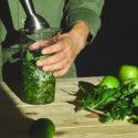kvinna gör en grön drink