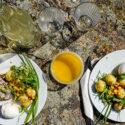 Tallrikar med sill och ägg på klippa