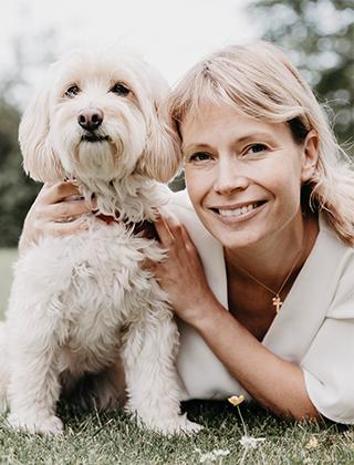 Veterinär Karin Eliasson och hennes hund