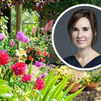 Jenny Clevström inklippt i en trädgård
