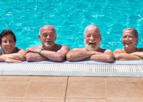 fyra äldre i en pool