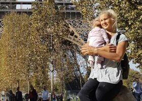mamma med barn framför Eiffeltornet