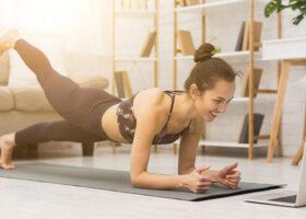 kvinna tränar framför datorn