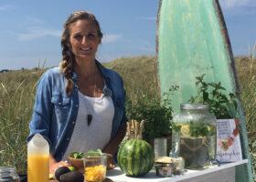 Anna Ottosson i en smoothiebar på stranden